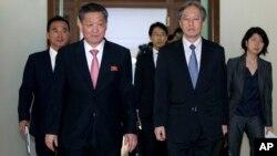 지난 3월 30일부터 이틀간 중국 베이징에서 국장급 정부 당국자 회담이 열린 가운데, 북한의 송일호 북-일 국교정상화 교섭담당 대사(오른쪽)와 이하라 준이치 일본 외무성 아시아대양주 국장이 회담장에 들어서고 있다.