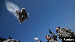南韓活動人士穿著軍人服裝放氣球