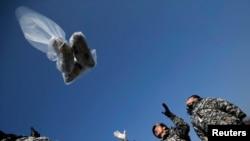 Người đào tỵ Bắc Triều Tiên thả bong bóng chứa 1 đôla Mỹ, radio, CD, truyền đơn tố cáo chế độ Bắc Triều Tiên gần khu phi quân sự chia cắt hai miền Triều Tiên, tháng 1/2014.