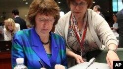 Kepala Kebijakan Luar Negeri Uni Eropa, Catherine Ashton menandatangani dokumen sesaat sebelum dimulainya pertemuan para menlu Uni Eropa di Brussels (23/7).