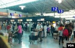 桃园国际机场交通方便,但很多人还是选择搭计程车。(美国之音赵婉成拍摄)