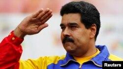El presidente venezolano Nicolás Maduro saluda durante la marcha del Día del Trabajo en Caracas.