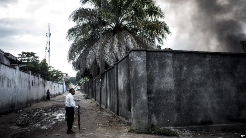 Un incendie dans l'entrepôt de la Commission électorale nationale indépendante (CENI), le 13 décembre 2018, à Kinshasa.