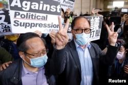 被告之一的何俊仁(左)与民主党前主席杨森离开法院向记者发表声明
