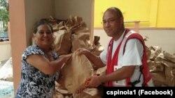 Carlos Spínola (dir) entregando cesta de comida, Porto Rico