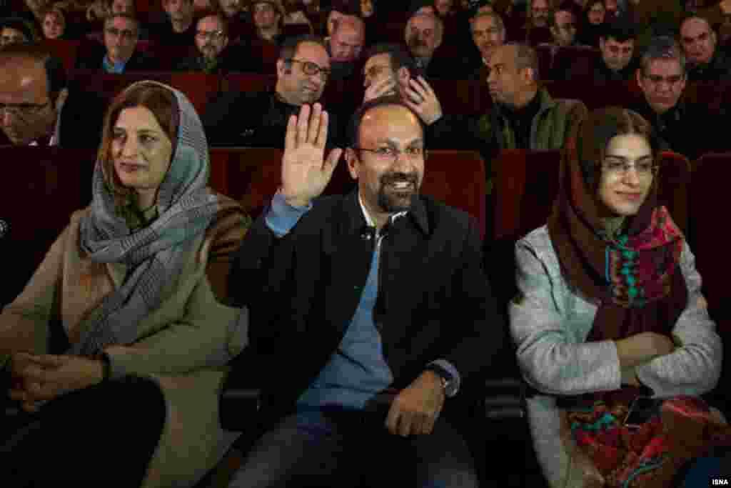 «دعا کنید دلگرم شوم اینجا کار کنم». اصغر فرهادی در جشن اسکار در موزه سینما با این سخنان، فاش کرد دو سال پیش چمدان بسته بود که از ایران برود اما منصرف شد. عکس: منا هوبهفکر