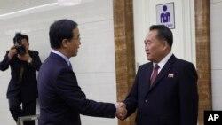 北韓和平統一委員會委員長李善權(左)在平壤機場歡迎南韓統一部長官趙明均率團訪問北韓。(2018年10月4日)