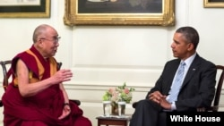 Tibetanski duhovni vođa Dalaj Lama i predsednik SAD Barak Obama tokom susreta u Beloj kući