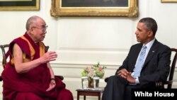 지난 2014년 백악관을 방문한 티베트의 정신적 지도자 달라이라마(왼쪽)가 바락 오바마 대통령과 면담했다. (자료사진)