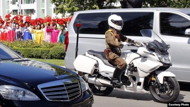 지난달 18일 평양에서 남북 정상이 탄 무개차를 호위하는 북한 군인이 중국 'CF 모토'사의 CF650G 오토바이를 타고 있다. 평양사진공동취재단.