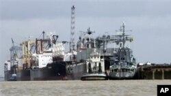 2009년 불법 무기 수출과 관련하여 버마항에 억류된 북한 선박. (자료사진)