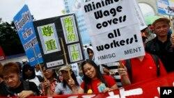 Lao động nước ngoài xuống đường biểu tình đòi tăng lương và đối xử tốt hơn tại Đài Bắc (ảnh chụp năm 2012). Trước khi có lệnh cấm, công nhân xuất khẩu Việt Nam từng là nhóm lao động nhập cư lớn nhất ở Đài Loan.