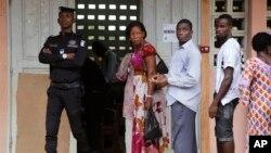 File d'attente dans un bureau de vote d'Abidjan, le 25 octobre 2015. (AP Photo/Schalk van Zuydam)