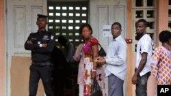 Người dân Bờ Biển Ngà xếp hàng đi bỏ phiếu tại Abidjan, ngày 25/10/2015.