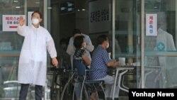 17일 중동호흡기증후군(메르스) 우려로 서울 강남구 보건소를 찾은 시민들이 의료진으로부터 검사를 받고 있다.