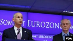 PM Yunani George Papandreou (kiri) didampingi Presiden Dewan Eropa Herman Van Rompuy berbicara kepada media di Brussels, Belgia (22/7).