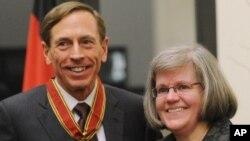 美國中情局局長的彼得雷烏斯今年二月和他的太太一起公開亮相