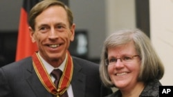 Direktur CIA, David Petraeus bersama isterinya Holly Petraeus yang telah dinikahinya selama 37 tahun (foto: dok). Petraeus mundur sebagai Direktur CIA setelah mengaku terlibat perselingkuhan.