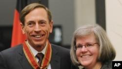 Direktè Demisyonè CIA a, David Petraeus, avèk madanm ni, Holly Petraeus, 14 fevriye, 2012.
