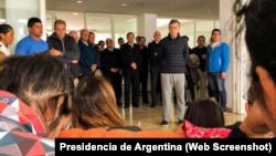 El presidente de Argentina, Mauricio Macri, habla con familiares de los 44 tripulantes del submarino ARA San Juan en una base naval en Mar del Plata, Argentina. 20 de noviembre de 2017.