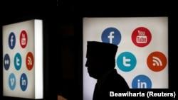 Pegiat media sosial dipanggil polisi karena menyampaikan komentar di media sosial yang menyudutkan Wali Kota Solo, Gibran Rakabuming Raka. (Foto: REUTERS/Beawiharta)