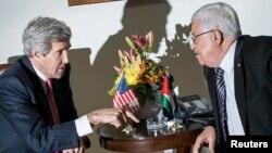 Sakatare Kerry da shugaban yankin Falasdinu Mahmud Abbas.