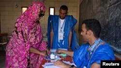 Une femme se fait marquer le doigt à l'encre indélébile après avoir voté à Nouakchott, Mauritanie, 21 juin 2014.