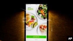 Aplikasi Uber Eats di sebuah ponsel iPhone di Chicago, 20 Februari 2018. (Foto: AP)