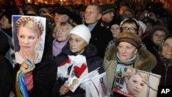 乌克兰反对党的支持者11月12日在乌克兰首都基辅举着前总理季莫申科的画像参加一个集会