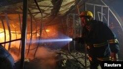 Nhân viên cứu hỏa Bangladesh kiểm tra hiện trường sau vụ hỏa hoạn bên trong nhà máy dệt may Gazipur, ngày 9/10/2013.