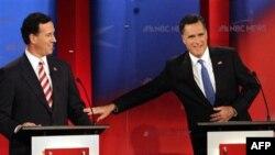 Cựu Thống đốc bang Massachusetts Mitt Romney, phải, và cựu Nghị sĩ bang Pennsylvania Rick Santorum trong 1 cuộc tranh luận tổng thống của đảng Cộng hòa, 23/1/2012