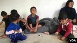 IŞİD'den kaçan Iraklı mülteci çocuklar Mahmur Kampı'nda yerde oyun oynuyor