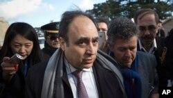 Ông Monzer Akbik (giữa) phát ngôn viên phe đốii lập Syria, rời trụ sở Liên hiệp quốc ở Geneve, Thụy Sĩ, sau cuộc họp báo ngắn, 27/1/14