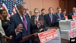 Para Senator dari partai Demokrat berbicara kepada pers mengenai penolakan para Senator partai Republik terhadap rencana Presiden Obama untuk menominasikan calon hakim agung pengganti Antonin Scalia (24/2).