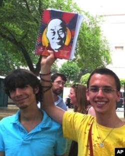 肯塔基州的纽曼(右)与朋友都是多年佛教徒