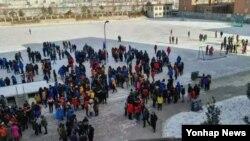 북한이 지난 6일 실시한 핵실험으로 지진이 발생하자 접경지에 있는 중국 주민들에게 영향을 미쳤다. 사진은 북중 접경지역인 옌지의 학생들이 진동에 놀라 수업 중에 운동장으로 대피한 풍경. 중국 CCTV 트위터 캡처.