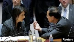 時任美國常駐聯合國大使黑利(Nikki Haley)與中國代表交談(路透社2018年2月24日)
