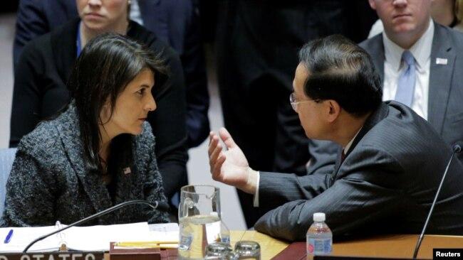 中国和美国常驻联合国代表2018年2月24日在一次表决前交谈(路透社)