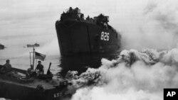 1944年7月18日,冲绳岛附近的美军舰艇释放烟雾