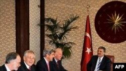 Phó tổng thống Hoa Kỳ Joe Biden trong 1 cuộc họp với Tổng thống Thổ Nhĩ Kỳ Abdullah Gul, 02/12/2011