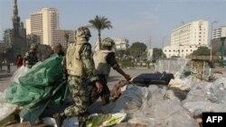 Єгиптянські солдати прибирають намети з площі Визволення у Каїрі
