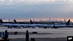 Pesawat United Airlines di bandara internasional Newark Liberty di New Jersey.