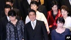 日本首相安倍晉三(中)內閣兩名女大臣小淵優子(左)和松島綠(右上)因捲入政治醜聞而宣布辭職。