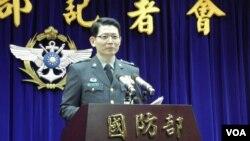 台灣國防部發言人羅紹和在 1月15日記者會上(美國之音申華拍攝)