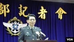 台湾国防部发言人罗绍和在 1月15日记者会上(美国之音申华拍摄)