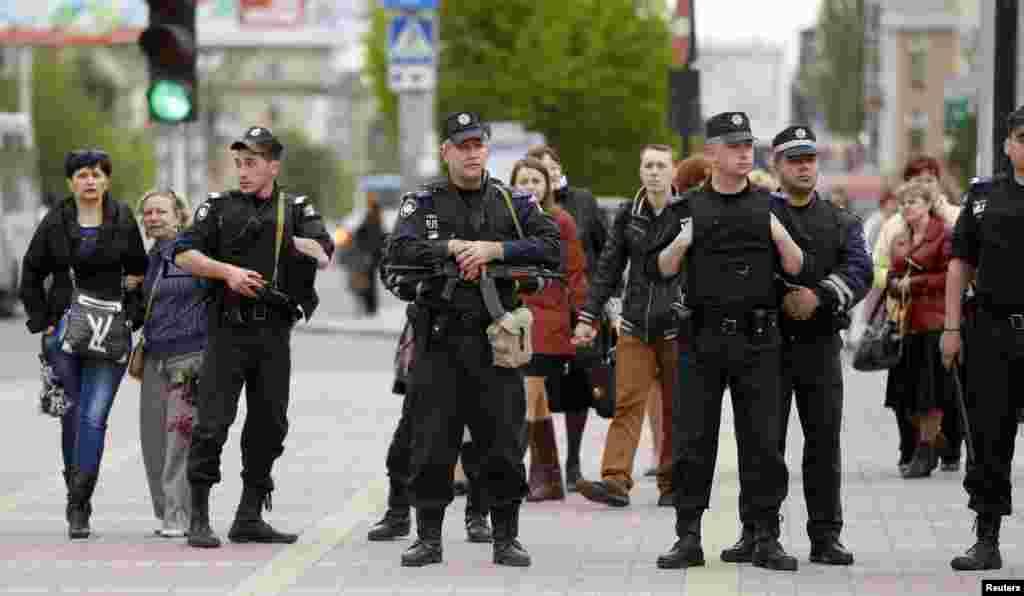 Cảnh sát Ukraina và cư dân vũ trang tại Luhansk, miềnđông Ukraine.