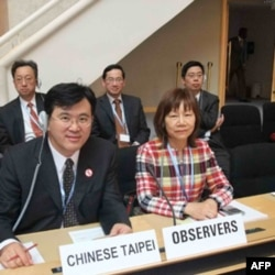 台湾卫生署国际合作处处长阮娟娟 (右边那位女士)