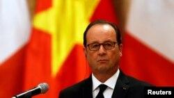 Tổng thống Pháp Francois Hollande tham dự một cuộc họp báo tại Phủ Chủ tịch ở Hà Nội, 6/9/2016.