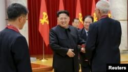 북한 김정은 국방위원회 제1위원장이 참석한 가운데 수소탄시험 성공에 기여한 핵 과학자들과 기술자, 군인건설자, 노동자, 일군들에 대한 '당 및 국가표창' 수여식이 진행되었다고 지난 13일 조선중앙통신이 전했다. (자료사진)
