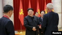 北韓領導人金正恩參加為官方所說的成功試爆的有功人員頒獎的儀式。 (2016年1月13日)